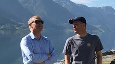 Trond Haug (Daglig leder, Synnøve Finden) og Ivar Bleie (Driftsleder) på Aga frukt- og bærpresseri.