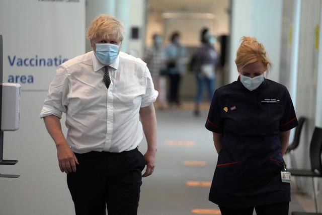 Statsminister Boris Johnson på et vaksinesenter i London der han fikk dose nummer to av koronavaksinen torsdag. Foto: Matt Dunham / AP / NTB
