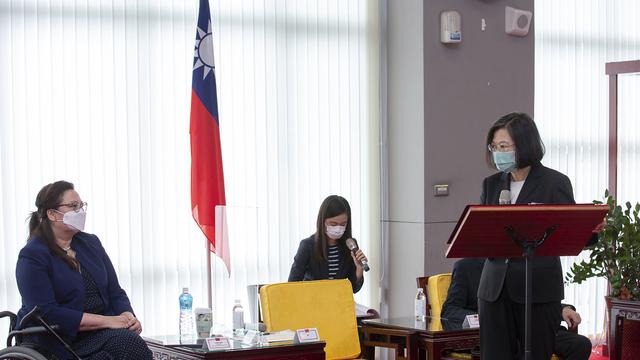 Taiwan får 2,5 millioner vaksinedoser, tre ganger så mye som ble lovet da tre amerikanske senatorer, blant dem Tammy Duckworth (til venstre), besøkte øya og møtte president Tsai Ing-wen tidligere i juni. Foto: Presidentskapet på Taiwan via AP / NTB