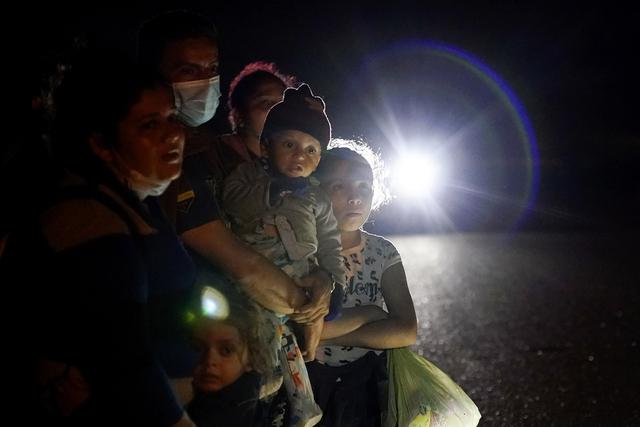 Rekordmange enslige, mindreårige migranter ble stanset langs USAs grense mot Mexico i juli. På bildet er en gruppe migranter, stort sett fra Honduras og Nicaragua, fotografert etter å ha meldt seg for amerikanske myndigheter etter å ha krysset grensa. Foto: Gregory Bull / AP / NTB