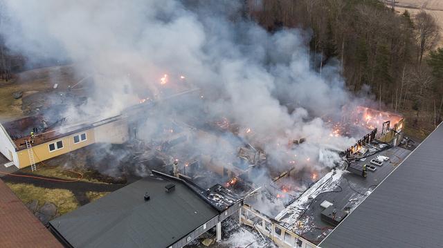 Alle klasserommene ble totalskadet i brannen. Bare administrasjonsbygningen og idrettshallen står igjen.