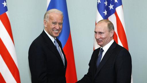 Joe Biden (t.v.) og Vladimir Putin i Moskva i 2011, da Biden var USAs visepresident. De to har ikke møtt hverandre fysisk etter at Biden ble valgt til president.