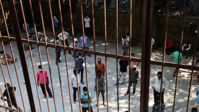 Folk i kø for å teste seg i Indias hovedstad New Delhi