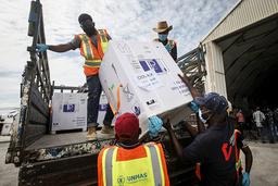 En forsyning med AstraZenecas koronavaksine, produsert ved Serum Institute i India, ankom flyplassen i Mogadishu i Somalia i mars. Men vaksineleveransene går tregt, ifølge WHO. Arkivfoto: Farah Abdi Warsameh / AP / NTB