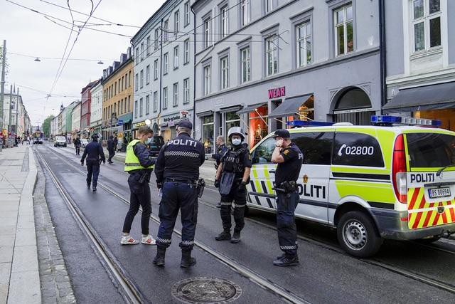 Politiet på Olaf Ryes plass etter skytingen. Foto: Torstein Bøe / NTB