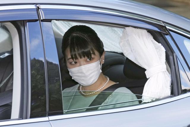 Japans prinsesse Mako giftet seg tirsdag med forloveden Kei Komuro, en menigmann. Hun mister dermed sin kongelige status og planlegger å flytte til USA. Foto: Chika Oshima / Kyodo News via AP / NTB