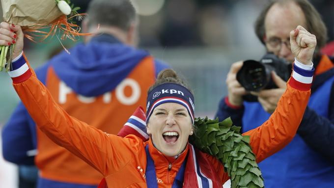 GULL: Ireen Wüst jubler med gullmedaljen. Ivanie Blondin tok sølvet, mens Antoinette de Jong tok bronsen.