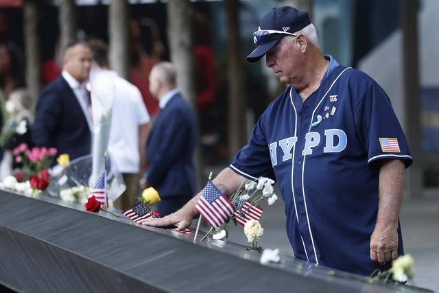 En mann sørger ved minnesmerket for terroren 11. september 2021, på dagen 20 år etter angrepet. Foto: Mike Segar / AP / NTB