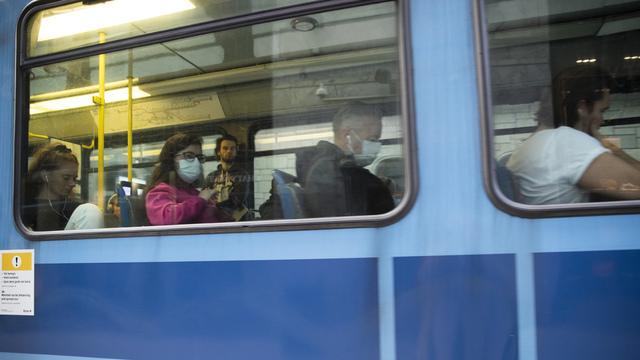 Fra tirsdag klokken 12 må alle som ikke kan holde én meters avstand til hverandre i Oslos kollektivtrafikk, bruke munnbind. Men politiet kommer ikke til å bruke ressurser på å håndheve påbudet, opplyser de til NTB.