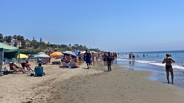 Mange nordmenn vil tilbake til strandlivet, som her ved Marbella på Costa del Sol i Spania. Foto: Geir Olsen / NTB