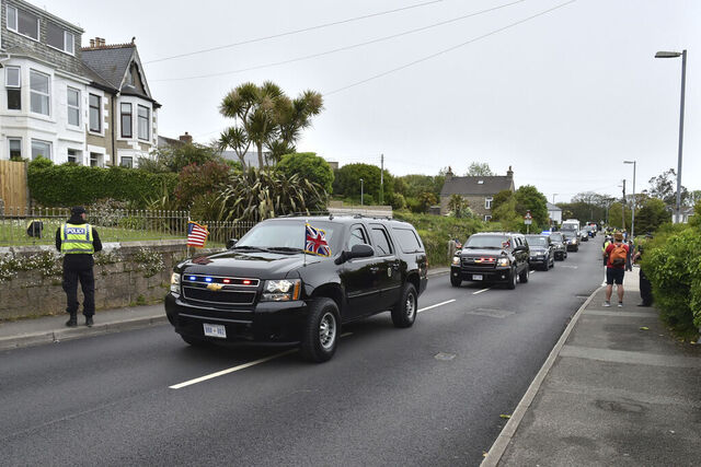Et hotell i St. Ives i Cornwall, der G7-toppmøtet åpner fredag, har måttet stenge etter et koronautbrudd. Her ankommer USAs president Joe Biden St. Ives torsdag. Foto: AP / NTB