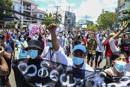 Protestene mot militærkuppet i Myanmar fortsetter, her fra en protest i Yangon onsdag. Foto: AP / NTB