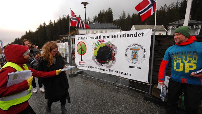 MARKERING: Vindkraftmotstanderne møtte klimamøte-deltagerne med bannere, bakervarer og løpesedler.