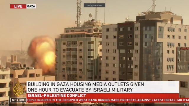 Bilder fra Al Jazeera viser at flere missiler traff bygningen rundt klokken 14:15.