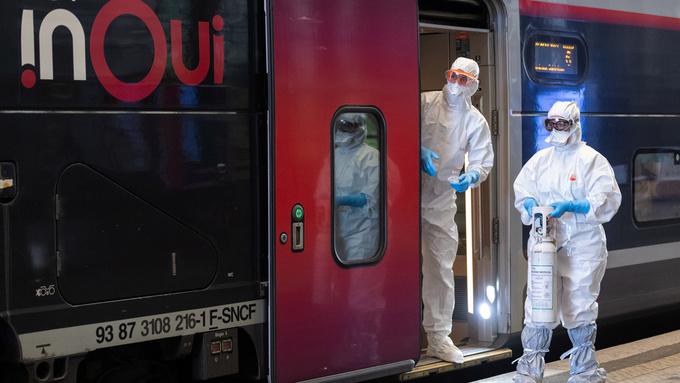 Legepersonell venter på at en pasient som er smittet med COVID-19, skal ombord i et medisinert TGV-høyhastighetstog ved jernbanestasjonen i Strasbourg.