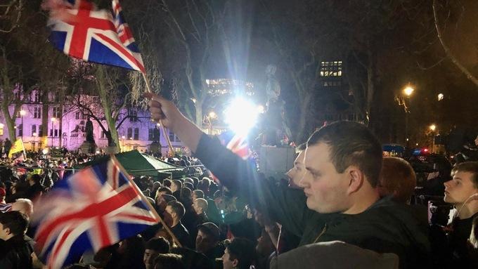 Patriotismen er nå på sitt mest ekstatiske. Allsangen ljomer over plassen. Flere tusen synger Jerusalem! Land of Hope and Glory!