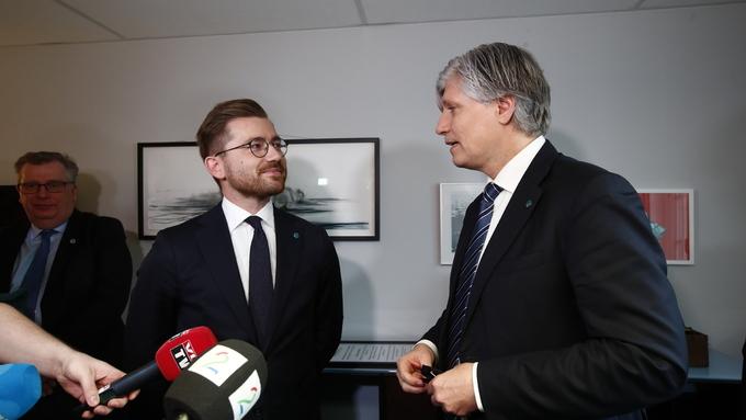 Sveinung Rotevatn fikk nøkkelen til klima- og miljødepartementet av Ola Elvestuen.