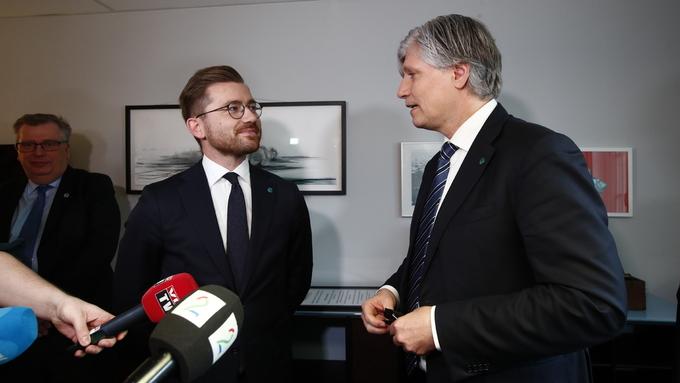 SKIFTE: Her overtek Sveinung Rotevatn (V) nøklane frå partifelle Ola Elvestuen (V)