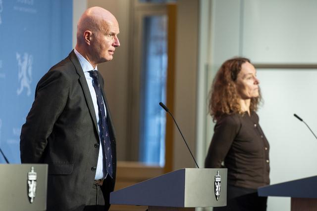 Helsedirektør Bjørn Guldvog og Camilla Stoltenberg i Folkehelseinstituttet. Foto: Terje Pedersen / NTB