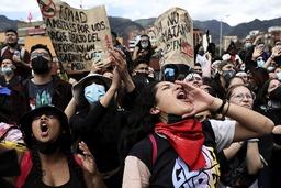 Kvinner roper slagord under en demonstrasjon mot et skattereformforslag fra regjeringen i Bogota 1. mai. Foto: Fernando Vergara / AP / NTB