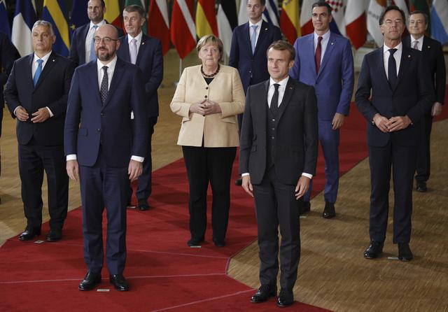 Angela Merkel på plass i Brussel, ved siden av Charles Michel og Emmanuel Macron. Foto: Olivier Matthys / AP / NTB