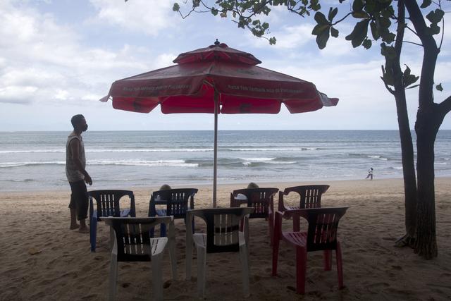 Strandstoler blir satt ut på Kuta-stranda på Bali torsdag. Øya gjør seg klar til å ta imot turister igjen. Foto: Firdia Lisnawati / AP / NTB