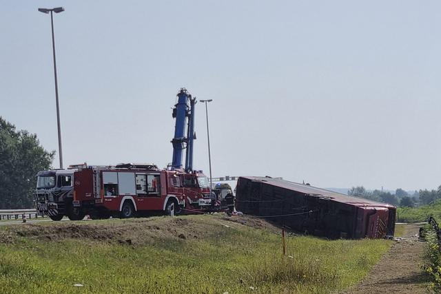 Minst ti mennesker omkom da en buss på vei fra Tyskland til Kosovo kjørte utfor veien i Kroatia i morgentimene søndag. Sjåføren skal ha sovnet og er pågrepet. Foto: AP / NTB