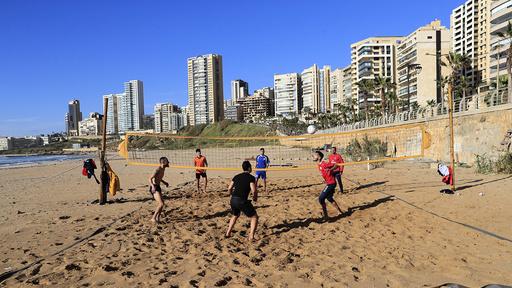 Folk bryter portforbudet for å spille volleyball på Ramlet al-Baida-stranda i Beirut torsdag.