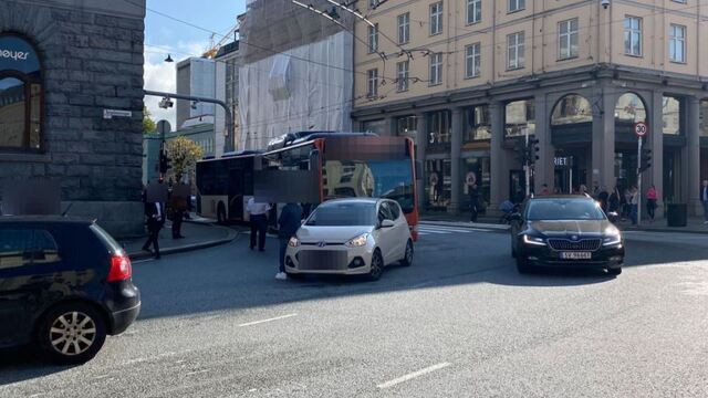En buss kolliderte med en bil ved Galleriet i Bergen sentrum.