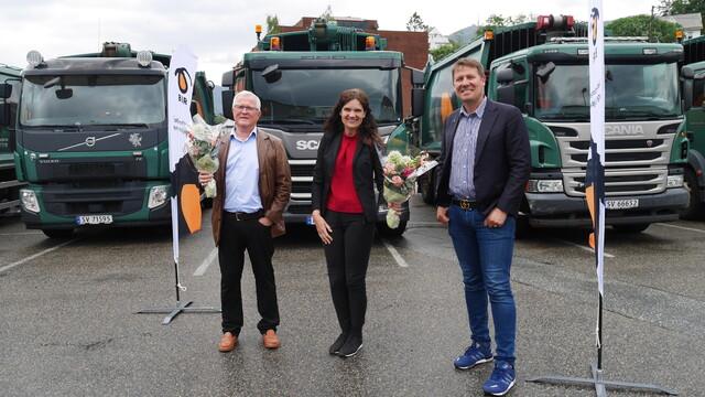 Tidligere konsernsjef Steinar Nævdal, nåværende konsernsjef Borghild Lekve og styreleder Aslak Sverdrup markerte pristildelingen utenfor Birs hovedkvarter.