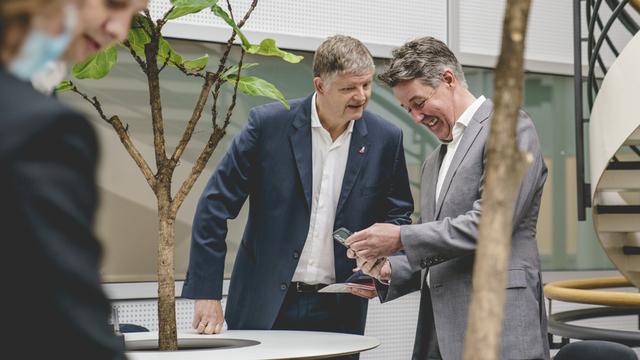 Norwegians tidligere konsernsjef Jacob Schram (t.v.) og etterfølgeren Geir Karlsen fikk 11 millioner kroner hver i ekstrabonus i mai.