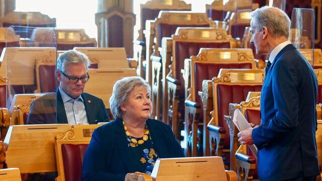 """Ap-leder Jonas Gahr Støre frykter en tapt """"koronagenerasjon"""". Statsminister  Erna Solberg er uenig."""