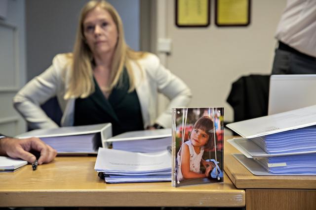 Et bilde av Nora sto fremst på bordet til Siri Davis da saken gikk i tingretten høsten 2019.