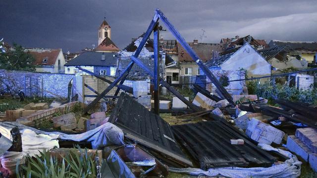 Flere bygninger er ødelagt etter tornadoen i Tsjekkia. Her fra landsbyen Moravska Nova Ves.