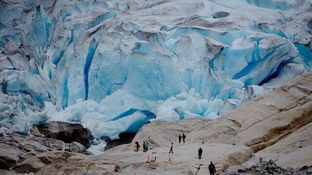 Kvart år tek mange turistar turen til Nigardsbreen, som er ein brearm av Jostedalsbreen.