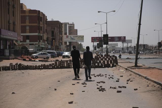 Folk går gatelangs i Khartoum to dager etter militærkuppet. Foto: Marwan Ali / AP / NTB