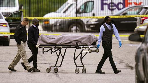 Et av ofrene fra masseskytingen ved et FedEx-anlegg i Indianapolis trilles bort fra stedet. Foto: AP / NTB