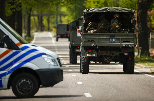 Belgiske soldater på vei inn i nasjonalparken Hoge Kempen 21. mai under jakten på den væpnede soldaten i Maasmechelen i Belgia. Arkivfoto: Francisco Seco / AP / NTB