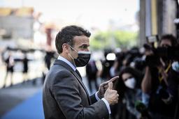 Frankrikes president Emmanuel Macron ankom EU-toppmøtet i Porto i Portugal fredag. Der langet han ut mot USA og Storbritannia. Foto: Jose Coelho, Pool via AP / NTB