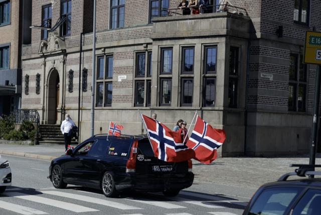 – Noen hadde lyst til å kjøre videre, så da gjør vi det, sa Ole Kyrkjebø til BT i 17-tiden, og la til at bilparaden fortsetter til Arna.