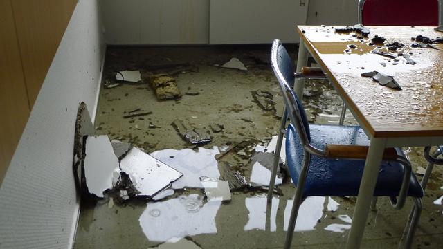 I kantinen er det kommet flere centimeter med vann på gulvet.