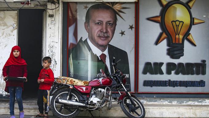 Tyrkiske barn står foran et bilde av Tyrkias president Recep Tayip Erdogan.