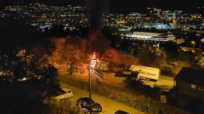 BILBRANN: En varebil begynte å brenne natt til mandag i Søndre Sogvei.