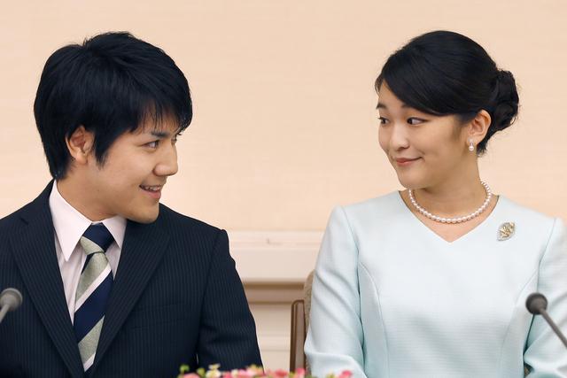 Prinsesse Mako og forloveden Kei Komuro på en pressekonferanse i 2017. Foto: Shizuo Kambayashi / Pool via AP / NTB