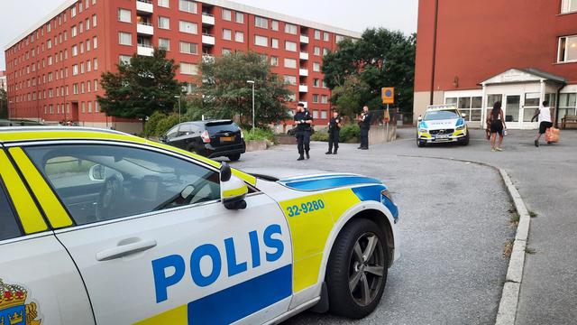 Politiet har ankommet Flemingsberg etter en skuddveksling i sommer. Området Grantopp / Visättra i Flemingsberg er ført opp som et utsatt område. Foto: Johan Jeppsson/TT / NTB