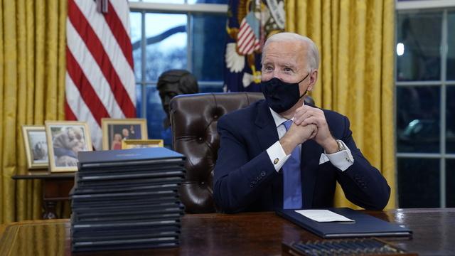 Joe Biden på plass i Det ovale kontor.