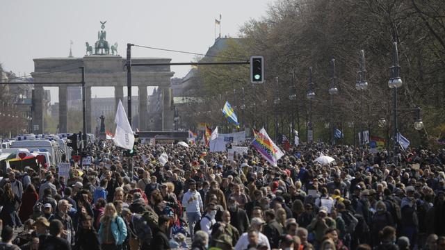 Tusenvis demonstrerte mot myndighetenes koronaregler samtidig som politikerne skulle stemme over et forslag som gir regjeringen mer makt til å innføre restriksjoner i kampen mot pandemien. Foto: Markus Schreiber / AP / NTB