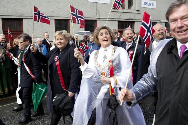 Statsministeren i tog i Bergen, side om side med daværende ordfører Trude Drevland.