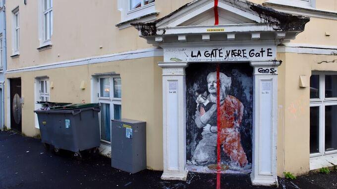 Julian Assange pryder mandag morgen veggen der det mye omtalte bildet av Sylvi Listhaug ble oppført, i Fosswinckels gate.