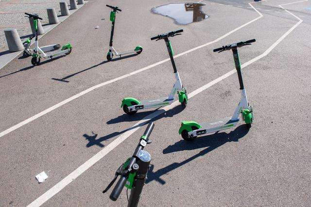 Det er nå flere elsparkesykler per 100.000 innbyggere i Bergen enn i Oslo. Her et bilde av elsparkesykler i Oslo sentrum av merket Lime. Illustrasjonsfoto: Annika Byrde / NTB